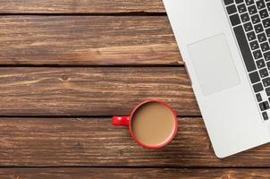 xícara de café e computador portátil foto