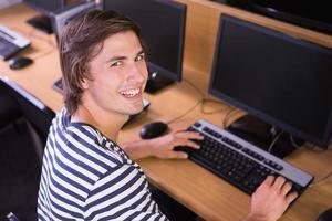 aluno usando o computador na sala de aula foto