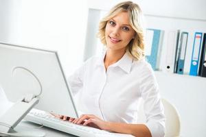 mulher de negócios usando o computador no escritório foto