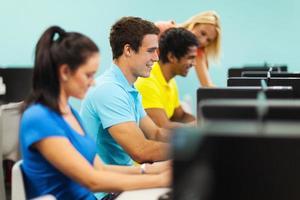 grupo de estudantes no laboratório de informática foto
