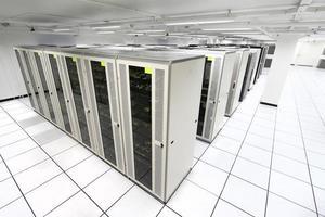 sala de servidores com servidores brancos foto