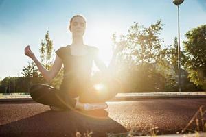 jovem mulher fazendo meditação foto