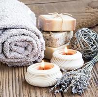 configuração de spa e bem-estar com velas acesas e lavander bouqu foto