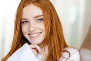retrato de uma mulher ruiva feliz em roupão foto