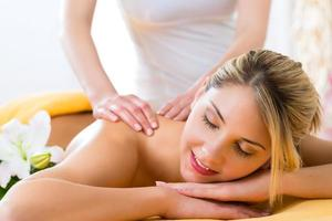 bem-estar - mulher recebendo massagem corporal no spa foto