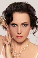 bela jovem modelo com maquiagem brilhante e manicure foto