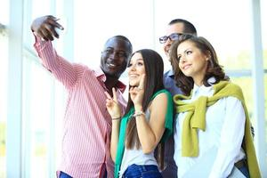 pessoas tomando selfie na reunião de negócios foto