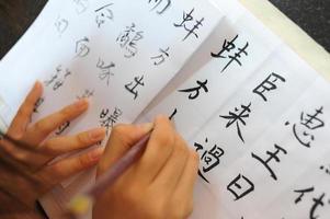 escrevendo caligrafia chinesa foto