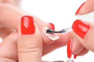 manicure, aplicando esmalte transparente