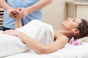massagem profissional das mãos foto