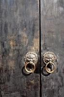 porta de madeira chinesa local como pano de fundo foto