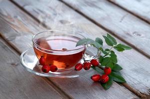 chá de frutas quentes de roseira brava foto