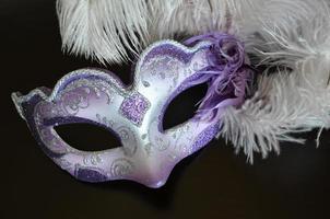 máscara veneziana com penas