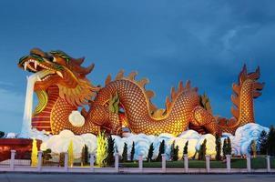 estátua do grande dragão à noite, supanburi Tailândia foto