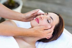 morena recebendo massagem na cabeça foto