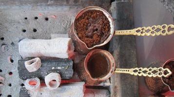 panelas de cobre com café turco foto