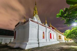 wat jed yod, belo pagode branco na hora do Crepúsculo foto
