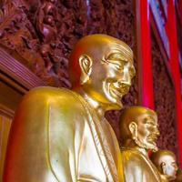 estátuas budistas no templo chinês Tailândia foto