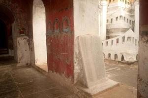 lajes de pedra de budista (textos de tripitaka) no templo. foto