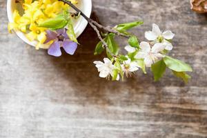 conceito de spa. caneca com flores. foto
