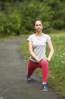 esporte fitness modelo caucasiano etnia treinamento ao ar livre. foto