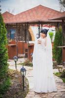 noiva linda ao ar livre foto