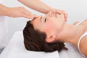 mulher recebendo uma massagem enquanto está deitado
