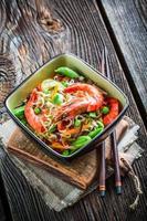 camarão servido com legumes e macarrão