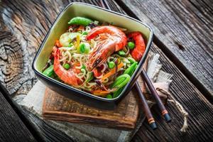 camarão e legumes frescos com macarrão