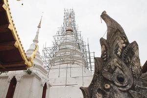 pagode branco no templo foto