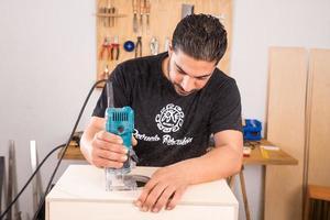 artesão com uma máquina de trituração