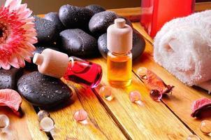 recipientes e bolas de óleo para o corpo cuidado fundo gradiente marrom foto