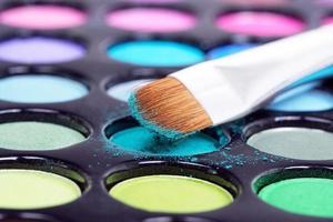 sombras com pincel de maquiagem profissional foto