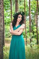 menina bonita com coroa de flores foto