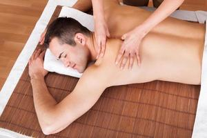 jovem, recebendo massagem nos ombros foto