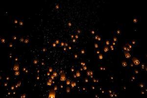 lanterna flutuante na Tailândia foto
