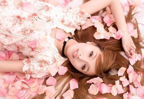 menina linda asiática em flor foto