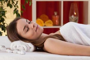 mulher após massagem corporal no salão spa foto
