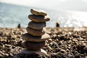 pedras equilíbrio seixos vintage empilhar fundo. foto