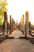 parque histórico de sukhothai a cidade velha da Tailândia no pôr do sol foto