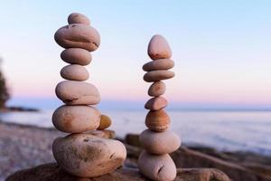 duas pilhas de pedras foto