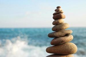 torre de pedra no custo do mar foto