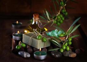 ambiente de spa e bem-estar com frutas de azeitona foto