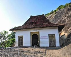 templo da caverna de dambulla no sri lanka foto