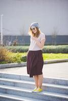 mulher jovem bonita loira hipster