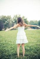 mulher jovem e bonita com vestido branco foto