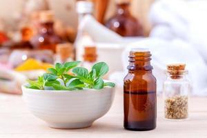 óleo essencial de ingredientes naturais de spa com folhas de orégano para ar foto
