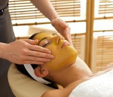 jovem mulher recebendo tratamento facial no spa foto