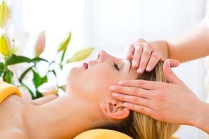 bem-estar - mulher recebendo massagem na cabeça no spa foto