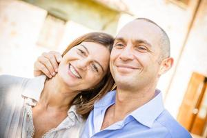 casal caucasiano maduro abraçando foto
